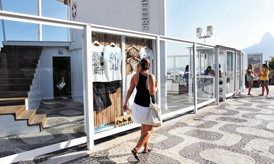 Mulher observa peças de vestuário da nova marca Orla Rio Concept Foto: Marcelo Carnaval / Agência O Globo