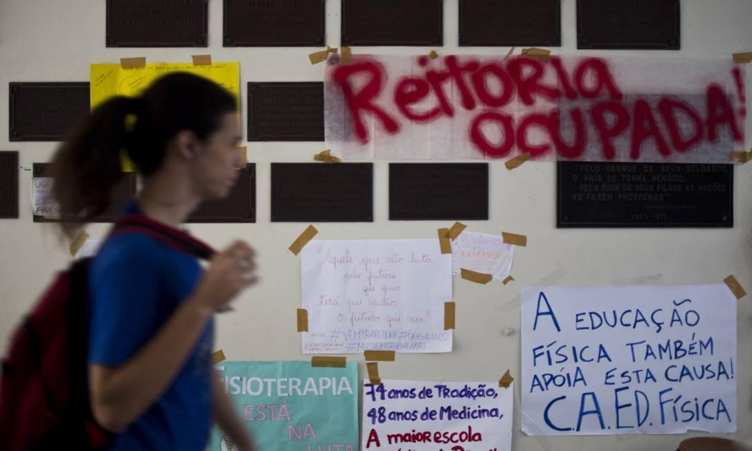 Para exigir mudanças diante da crise com o grupo Galileo, cerca de 50 alunos ocupam há quase um mês a reitoria da Universidade Gama Filho Foto: Paula Giolito / Agência O Globo