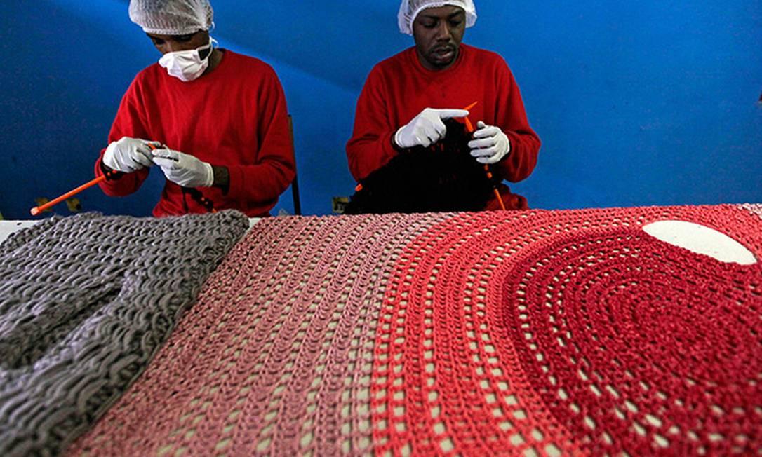 Presos trabalham na linha de produção fazendo tricô e crochê Foto: Paulo Whitaker/Reuters