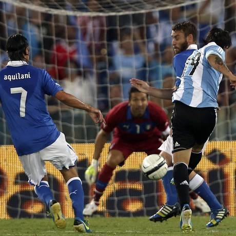Banega chuta para fazer o segundo gol da vitória argentina sobre a Itália Foto: ALESSANDRO BIANCHI / REUTERS