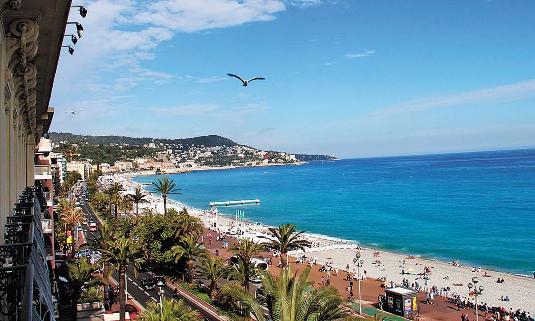 Vista da bela e agitada Promenade des Anglais, o principal calçadão de Nice. Boa Viagem / O Globo