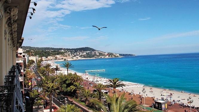 Vista da bela e agitada Promenade des Anglais, o principal calçadão de Nice. Foto: Boa Viagem / O Globo