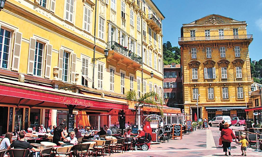 Os prédios do centro histórico da cidade da Riviera Francesa são ocupados por bares, restaurantes e lojas Foto: Bruno Agostini / O Globo