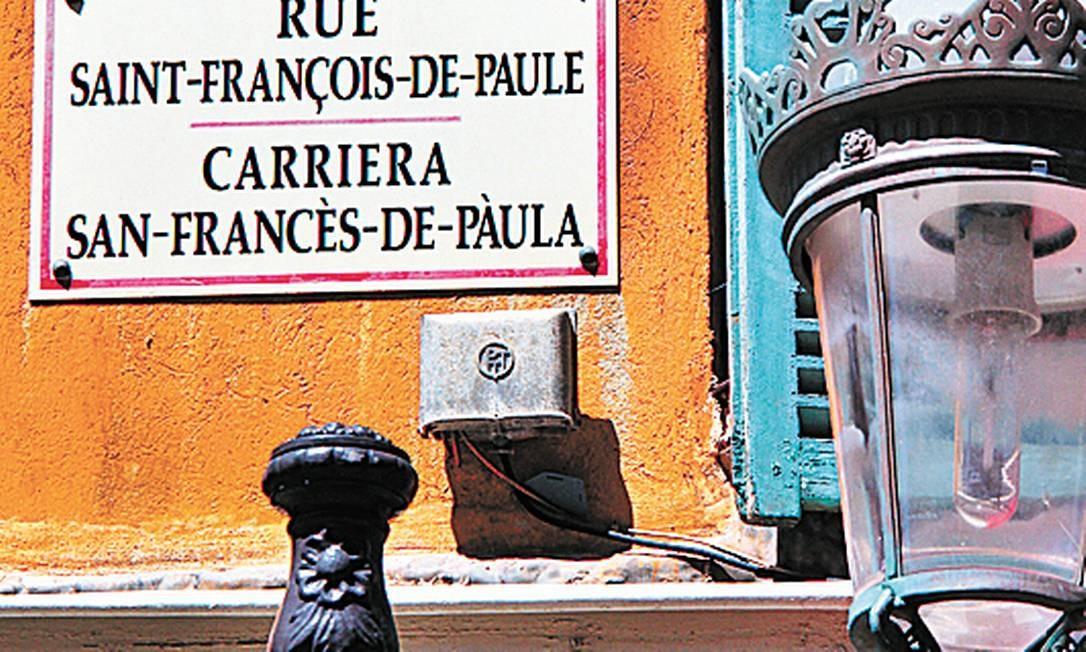 Cidade bilíngue: placa com o nome da rua escrito escrito em francês e niçardo. Bruno Agostini / O Globo