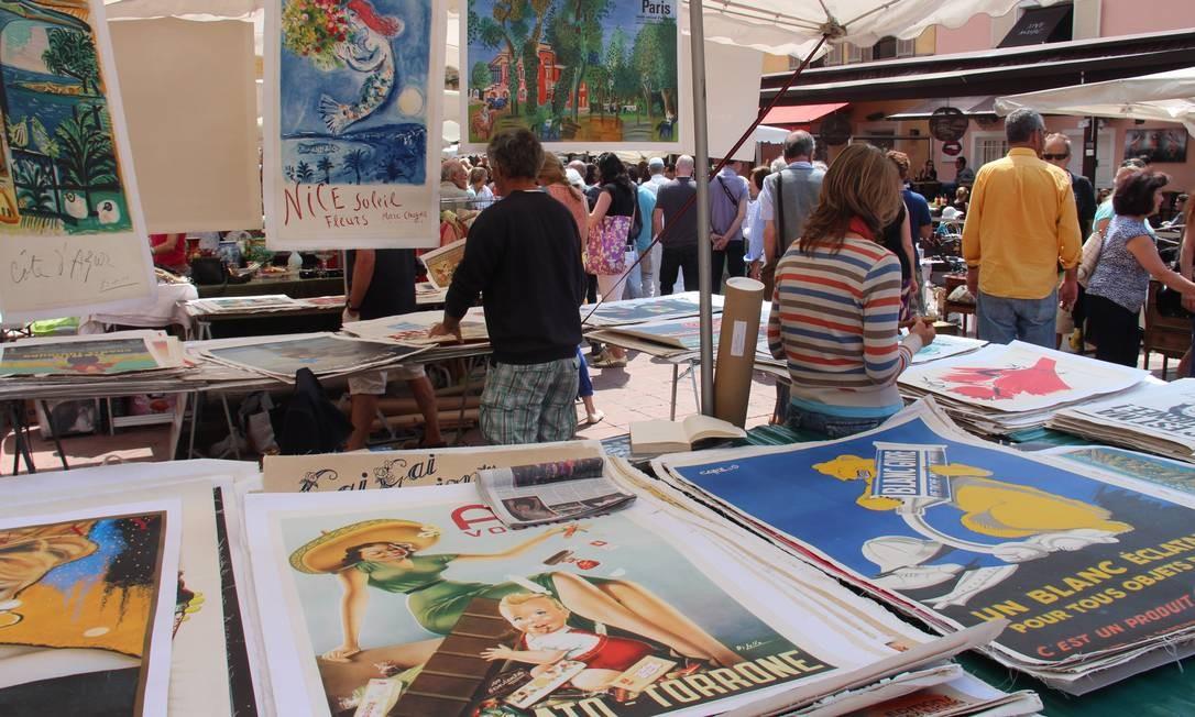 Cartazes antigos e outras relíquias à venda na feira de antiguidades em Vieux-Nice. Foto: Bruno Agostini / O Globo