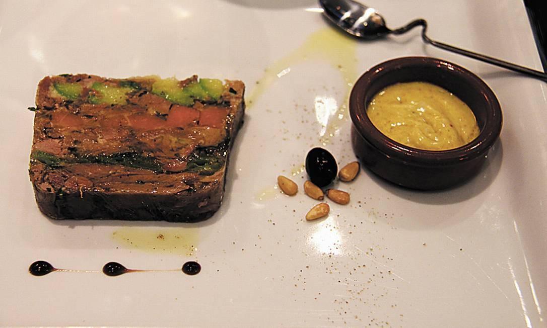 Em outro restaurante de Nice, o Luc Salsedo, um terrine de pato ao curry. Bruno Agostini / O Globo
