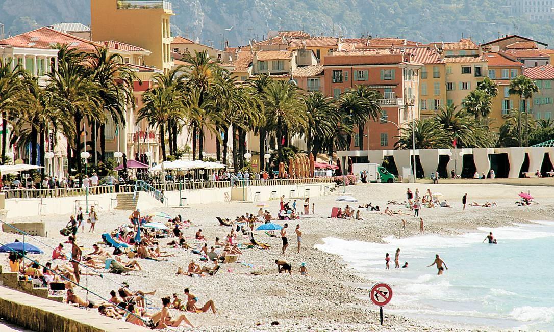 A orla cheia de Menton, outra cidade na Riviera Francesa, que fica quase na fronteira com a Itália. Bruno Agostini / O Globo