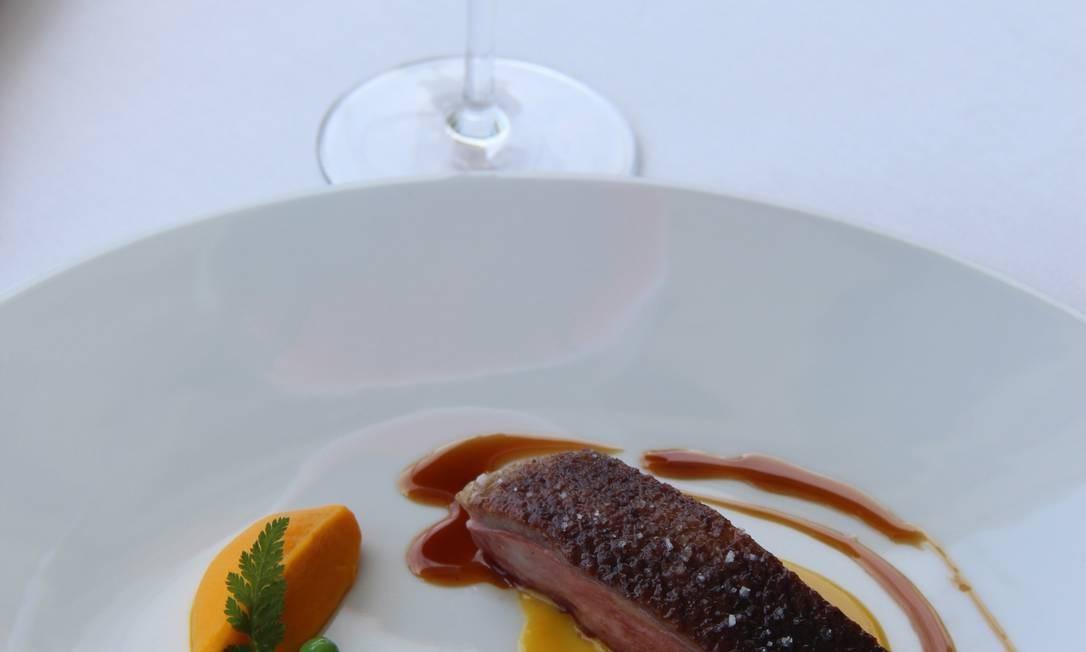 Menton é conhecida também pelo ótimo restaurante Mirazur, que serve esse peito de pato com purê de cenoura. Bruno Agostini / O Globo
