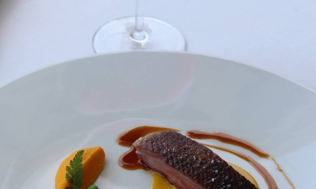 Menton é conhecida também pelo ótimo restaurante Mirazur, que serve esse peito de pato com purê de cenoura. Foto: Bruno Agostini / O Globo