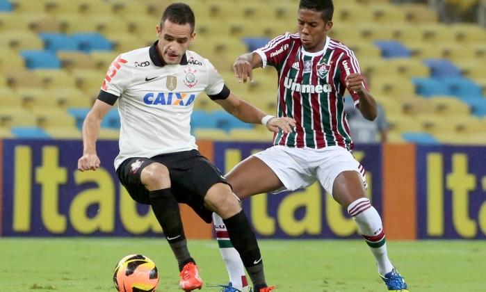 Renato Augusto recebe a marcação no Maracanã Ivo Gonzalez / Agência O Globo