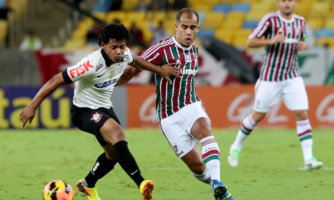 Felipe é marcado de perto por Romarinho Ivo Gonzalez / Agência O Globo