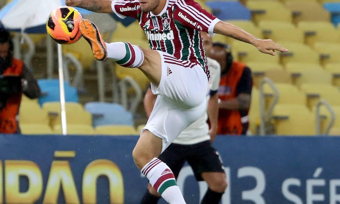 Sóbis tenta o chute na partida contra o Corinthians, no Maracanã Ivo Gonzalez / Agência O Globo