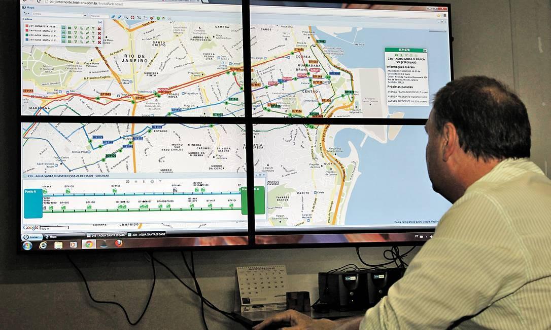 Programa mostra posicionamento dos ônibus da cidade através de GPS na Secretaria de Transportes Foto: Marcelo Carnaval / O Globo