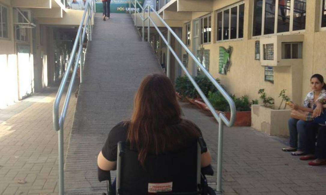 Lorena diante da rampa de acesso ao prédio Foto: Reprodução do Facebook