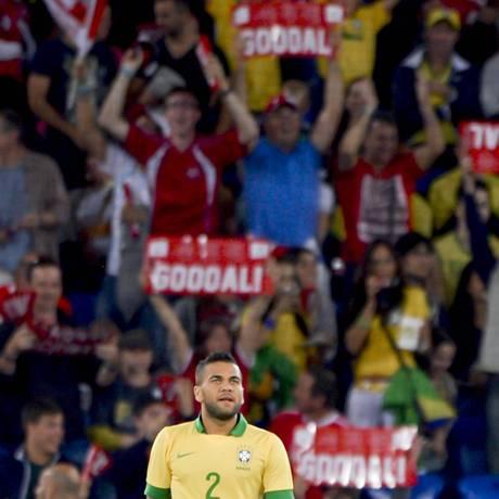 Daniel Alves lamenta enquanto torcedores da Suíça comemoram o gol no amistoso na Basileia Foto: FABRICE COFFRINI / AFP