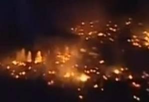 Imagem de TV árabe mostra os incêncios no Cairo à noite, após a remoção dos islamistas Foto: YouTube