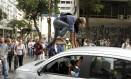 Manifestante sobe em um carro preso em meio ao engarrafamento na Avenida Rio Branco - Foto: Gabriel de Paiva