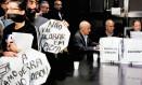 Reunião: manifestantes protestaram com caixas de pizza durante encontro de trabalho da CPI Foto: O Globo / Gustavo Stephan