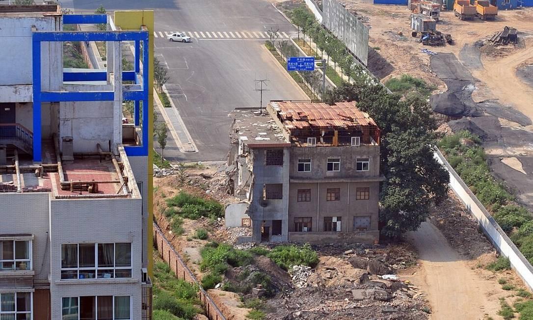 Casa de três andares fica no meio de uma estrada na China Foto: ExclusivePix/ Daily Mail
