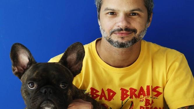 """Arnaldo Branco (e seu amigo, Batman): trabalho inspirado no cultuado filme """"This is Spinal Tap"""" Foto: Camilla Maia"""