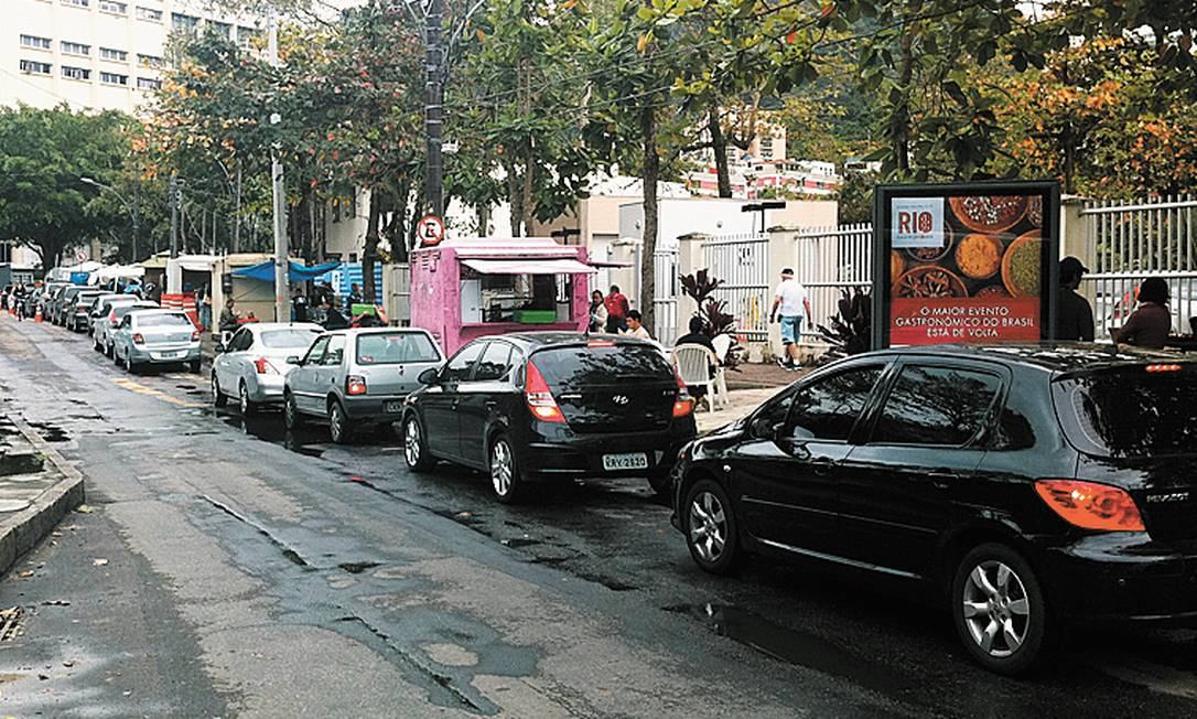 Carros aguardam para entrar no estacionamento da universidade - Foto: Maria Elisa Alves