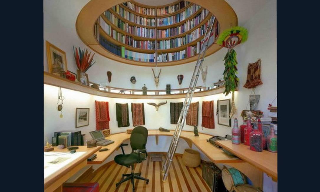 Quem não gostaria de um espaço ( e que espaço!) assim para trabalhar? O canto do cômodo foi bem aproveitado, com uma grande bancada de trabalho. Destaque para a decoração, com lembranças de viagens, e para a biblioteca suspensa Foto: Reprodução da internet