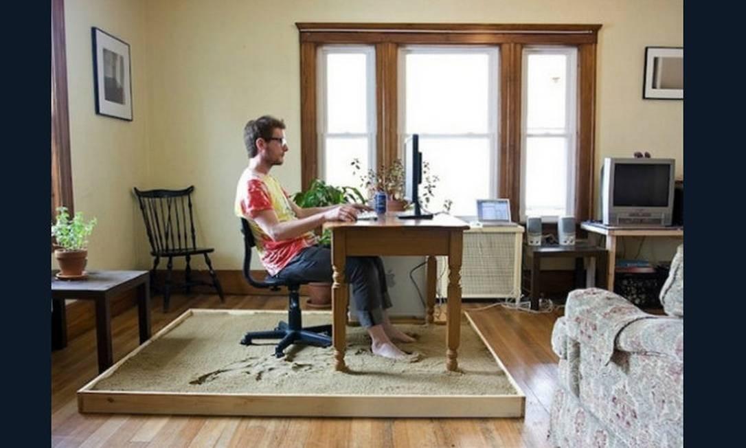 A ideia desta estação de trabalho é mais tradicional no que diz respeito ao mobiliário, mas o inusitado fica por conta da caixa de areia que toma o lugar de um tapete. Sensação de relaxamento total! Foto: Reprodução da internet