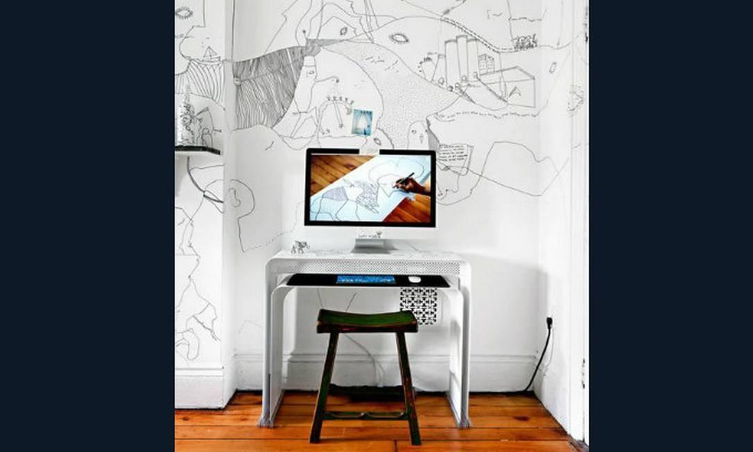 O charme deste cantinho de trabalho, que se resume à mesinha e ao computador, fica por conta das ilustrações da parede. Ao mesmo tempo clean e moderno Foto: Reprodução da internet