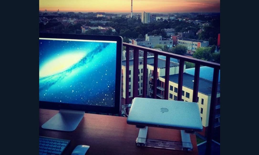 Aqui, a varanda serve de escritório: mesa, computador e impressora são suficientes. A vedete é a vista externa Foto: Reprodução da internet
