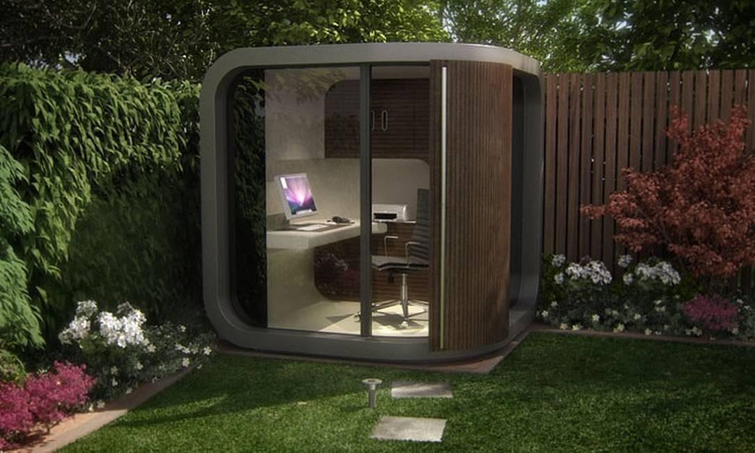 Que churrasqueira, que nada! Um pequeno cubículo de madeira e vidro no jardim da casa fazem as vezes de escritório Foto: Reprodução da internet