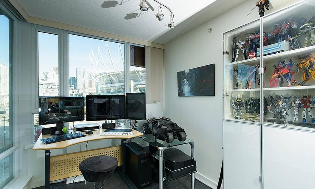 O quarto reúne trabalho e paixão do proprietário: equipamentos de home office convivem com robôs e outros personagens de filmes e desenhos animados Foto: Reprodução da internet