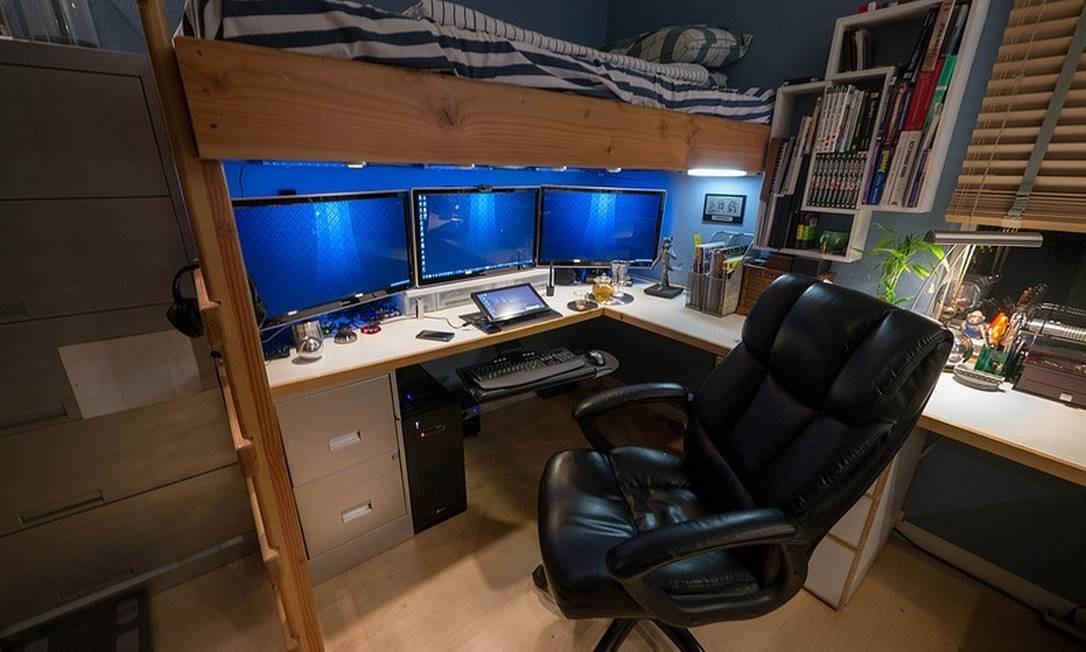 Neste caso, o quarto vira escritório: embaixo da cama-beliche, uma bancada foi construída para abrigar monitores, laptop e outros equipamentos de trabalho Foto: Reprodução da internet