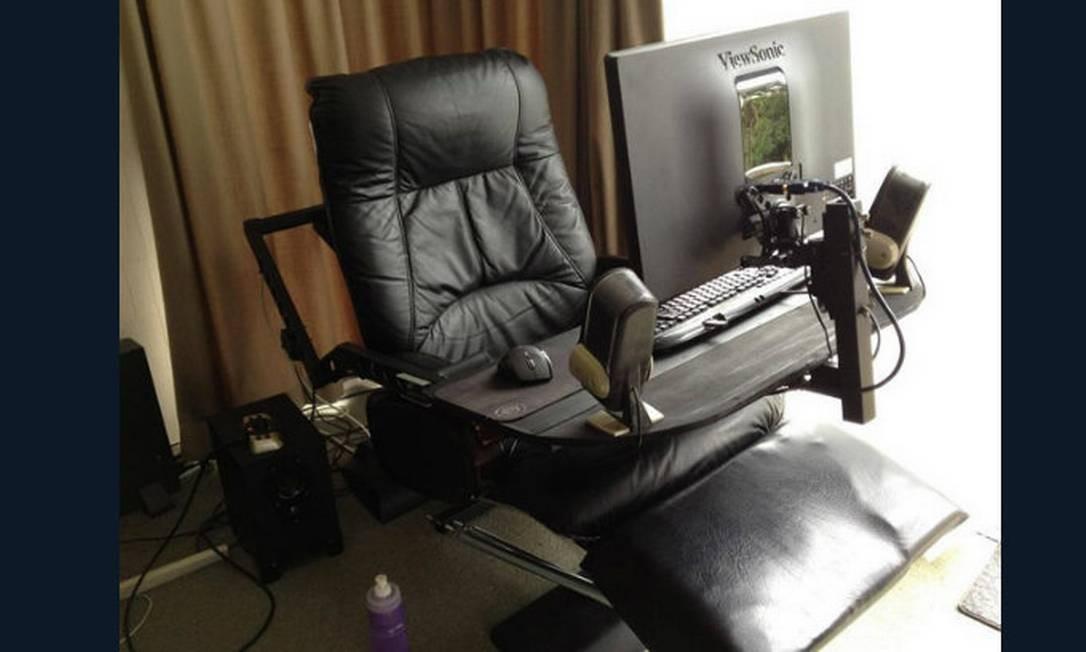 """Até a """"cadeira do papai"""" se transforma em home-office. Neste caso, uma bancada para o computador foi adaptada. Ótima opção para quem tem pouco espaço Foto: Reprodução da internet"""