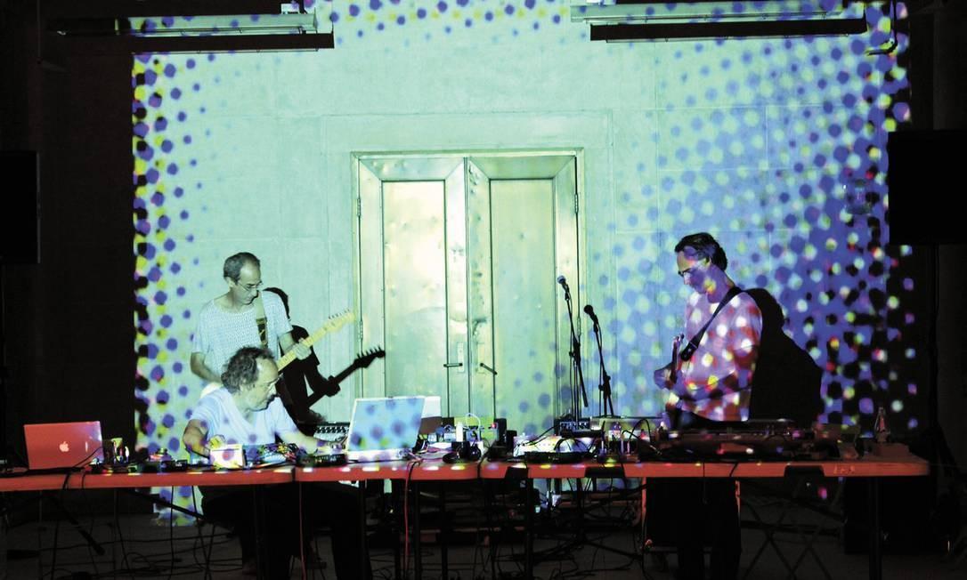 """O grupo, quinta-feira, em NY, cidade que recebe a mostra """"Soundings: A contemporary score"""", no MoMA Foto: Terceiro / Divulgação/Marion Strecker"""