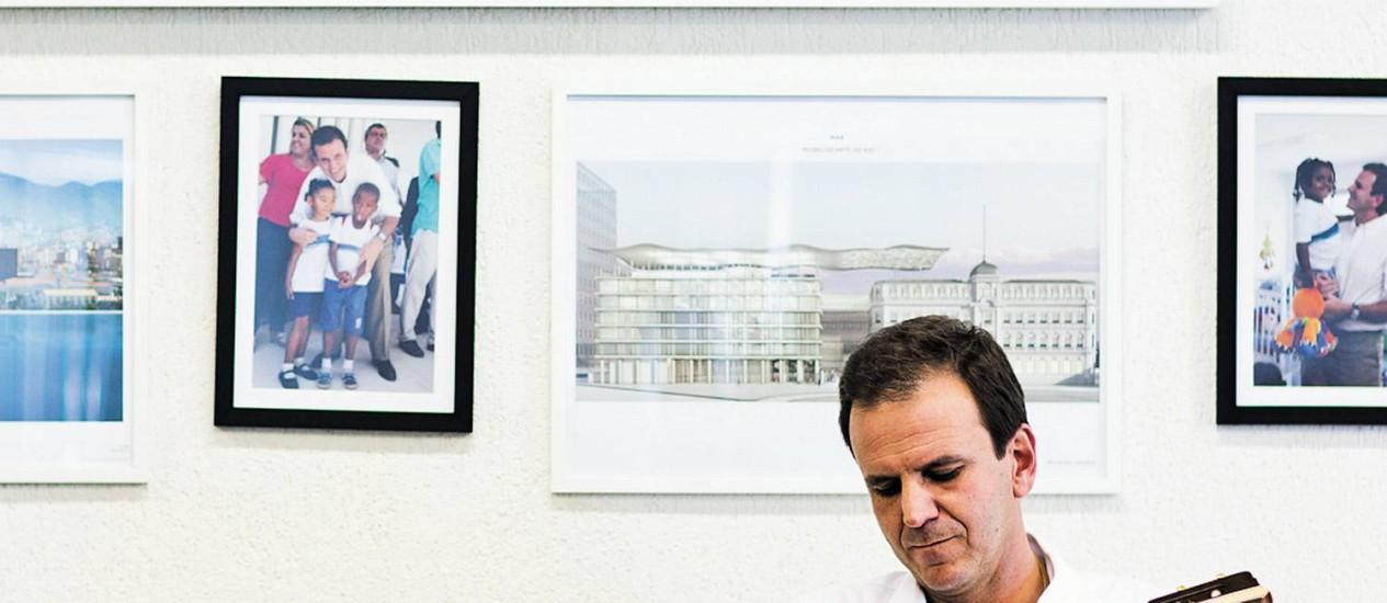 """Eduardo Paes simula tocar cavaquinho: """"Essa história do Eike micou. Ele não vai fazer outro Teatro Glória, não"""" Foto: Fábio Seixo / Fábio Seixo"""
