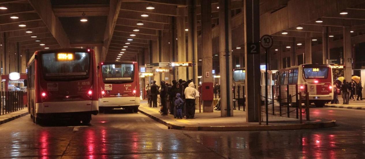 Terminal de ônibus de Cidade Tiradentes, em SP Foto: O Globo / Marcos Alves