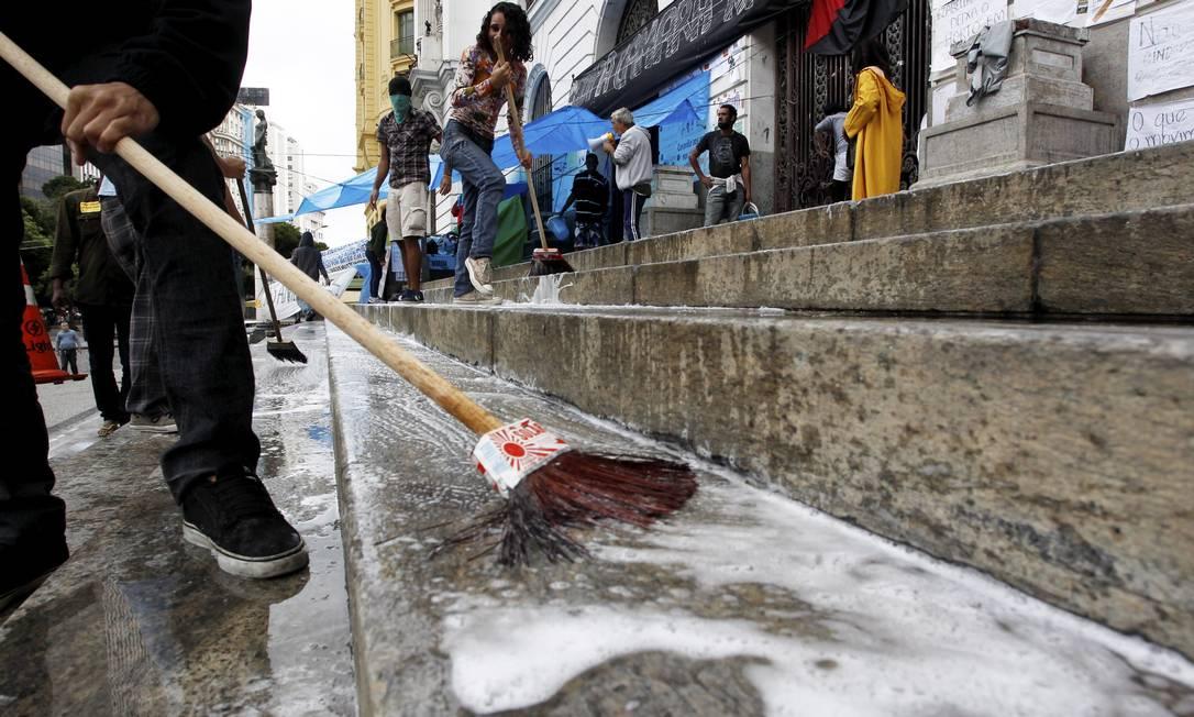 Manifestantes fazem lavagem das escadarias na Câmara durante ocupação do prédio Foto: Custódio Coimbra / Agência O Globo