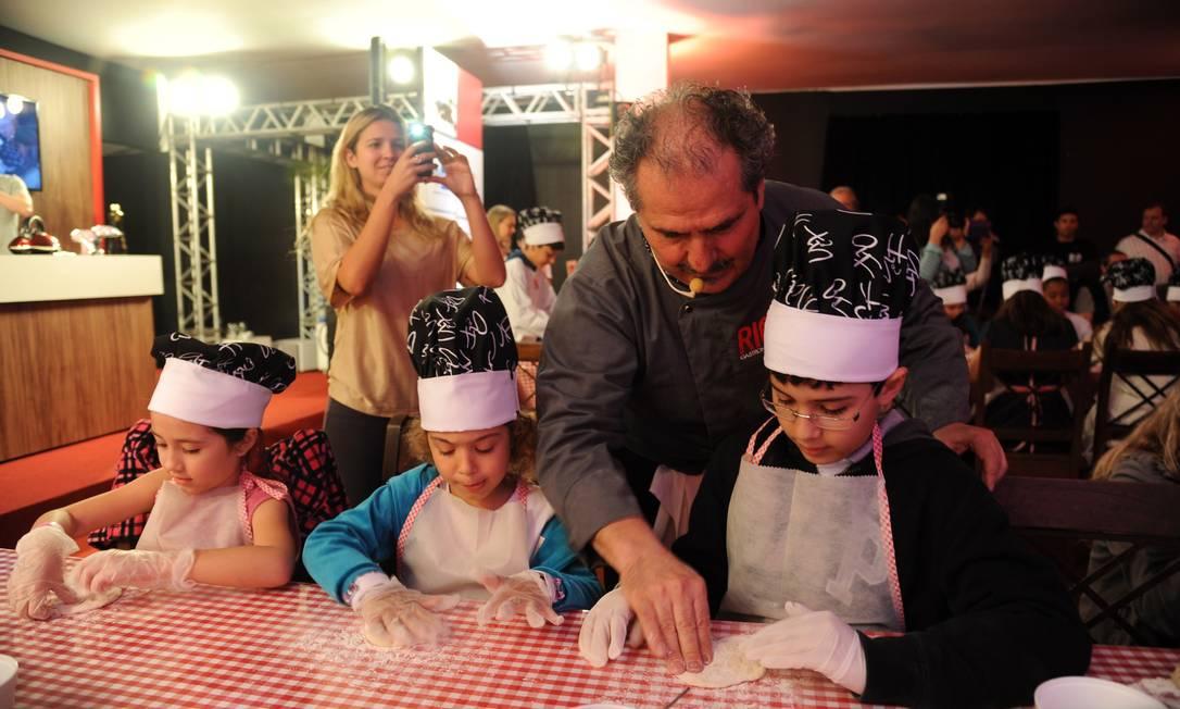 O chef pizzaiolo Gennaro Cannone ensinou a criançada a fazer pizza Foto: Adriana Lorete/O Globo