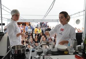 As chefs Gisela Abrantes e Fabiane Alheira (de lenço) ensinaram uma feijoada vanguardista Foto: Adriana Lorete / O Globo