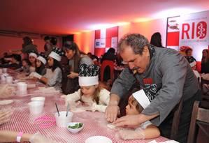 O chef pizzaiolo Gennaro Cannone ensinou a criançada a arte de fazer pizza Foto: Adriana Lorete / O Globo