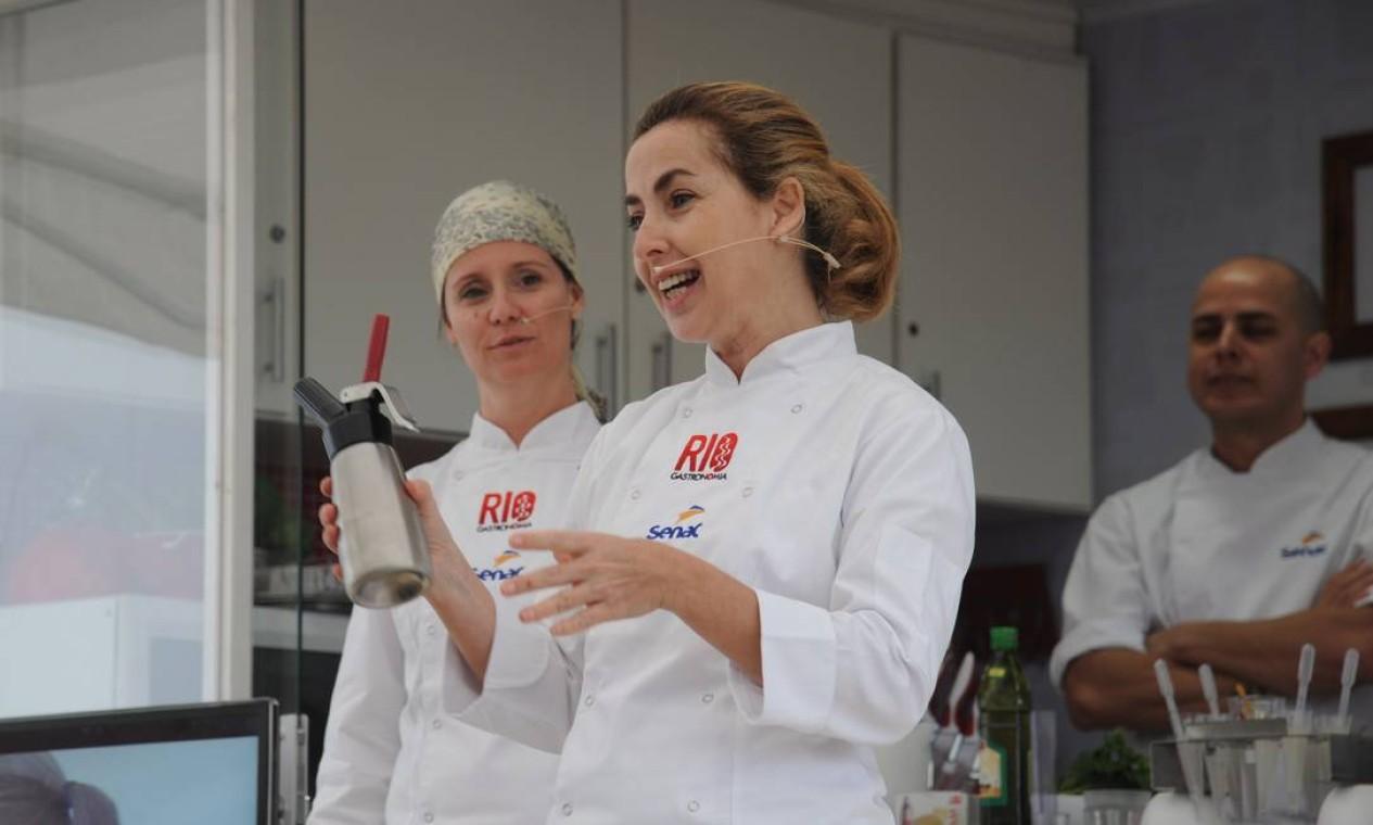 Enquanto isso, no Caminhão Cozinha Show, as chefs Gisela Abrantes e Fabiane Alheirde (de lenço) ensinavam a feijoada contemporânea Foto: Adriana Lorete/O Globo