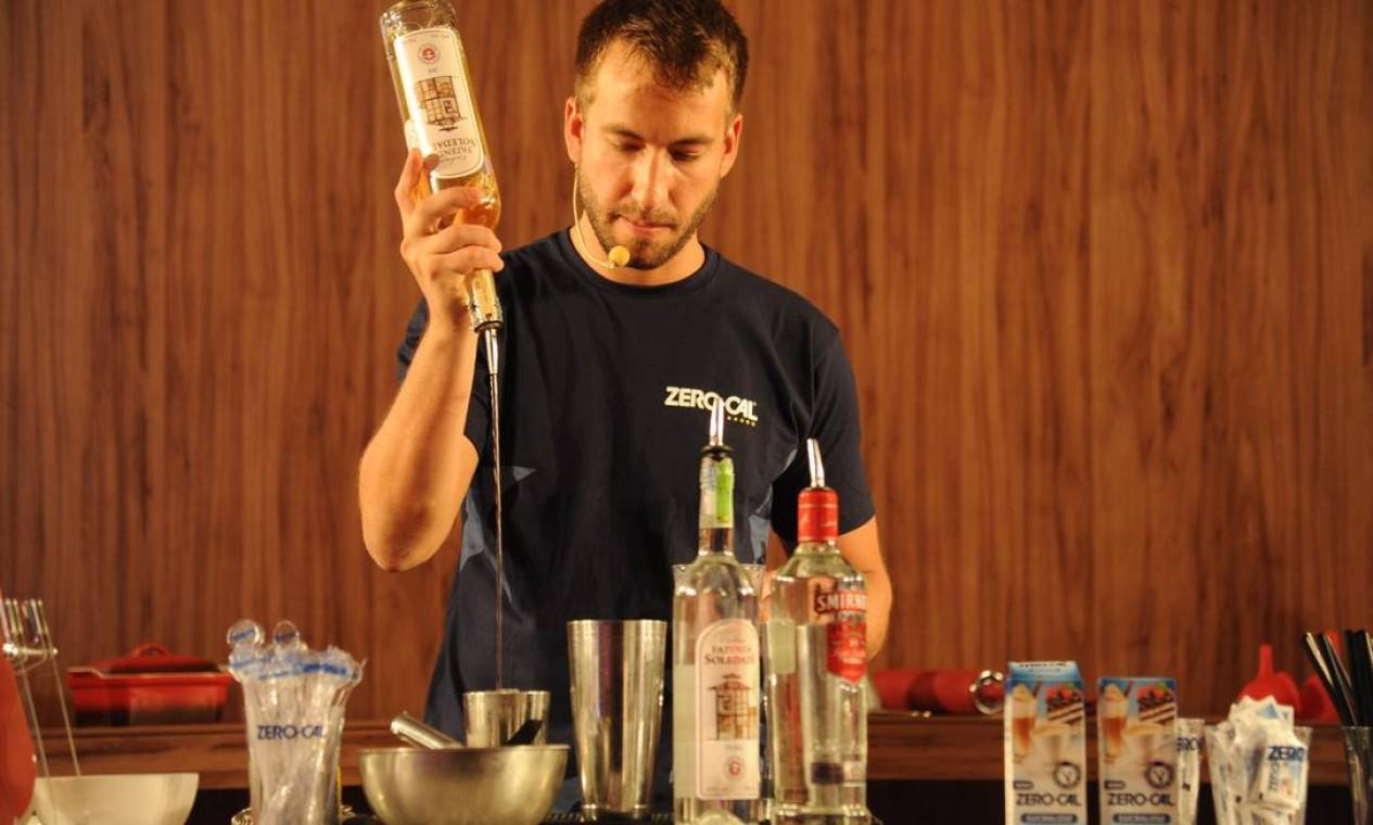 Drinques de boteco feitos com adoçantes foram o tema de aula do mixologista Dhyan Mesquita Foto: Adriana Lorete /O Globo