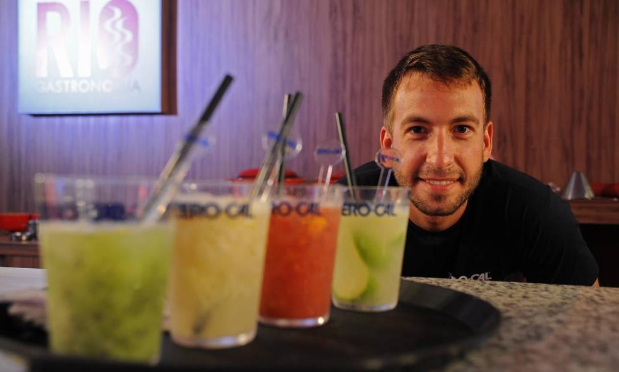 Ele ensinou receitas de caipirinha de limão taiti com maçã verde e hortelã; frutas vermelhas com um mexedor de canela em pau; abacaxi com gelo de gengibre e raspas de limão-siciliano e kiwi com gelo de água de coco Foto: Adriana Lorete/ O Globo