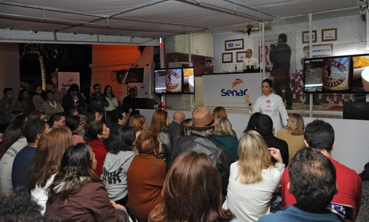 As chefs Camila Escandelari (cozinhando) e Cilene Saorin defenderam o uso de cerveja em pratos salgados Foto: Adriana Lorete/O Globo
