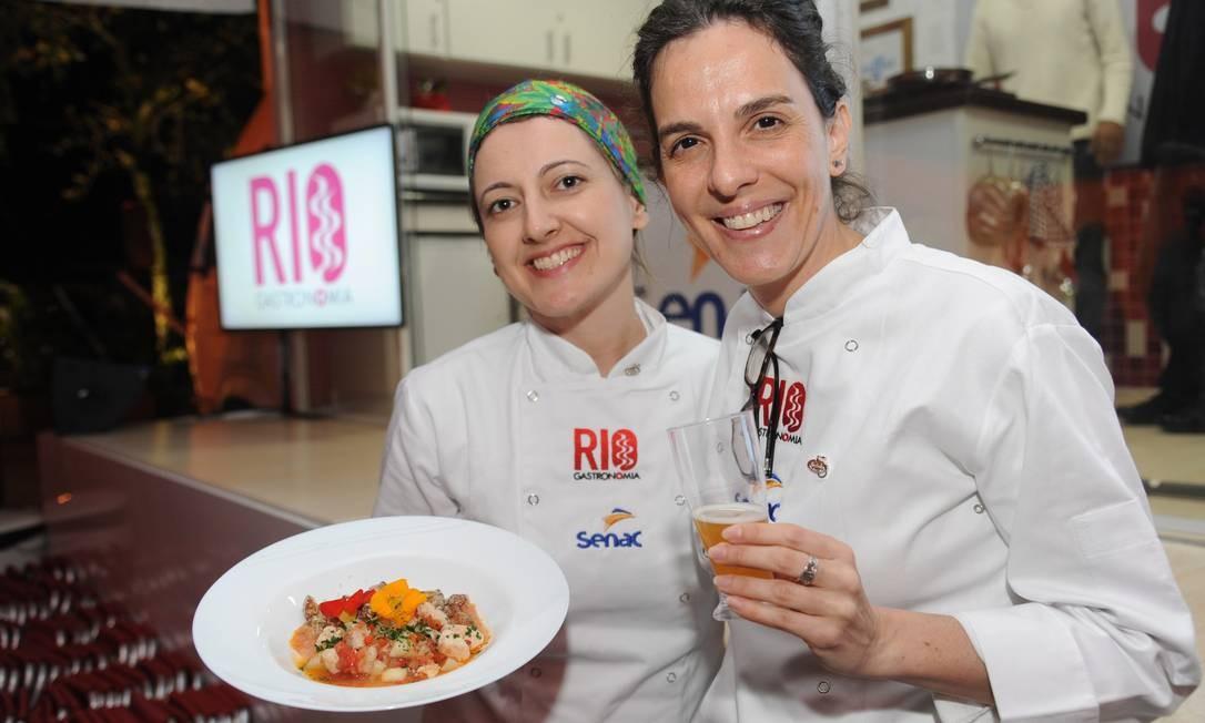 As chefs prepararam mojica de pirarucu com farofa de banana no Caminhão Cozinha Show Foto: Adriana Lorete/O Globo