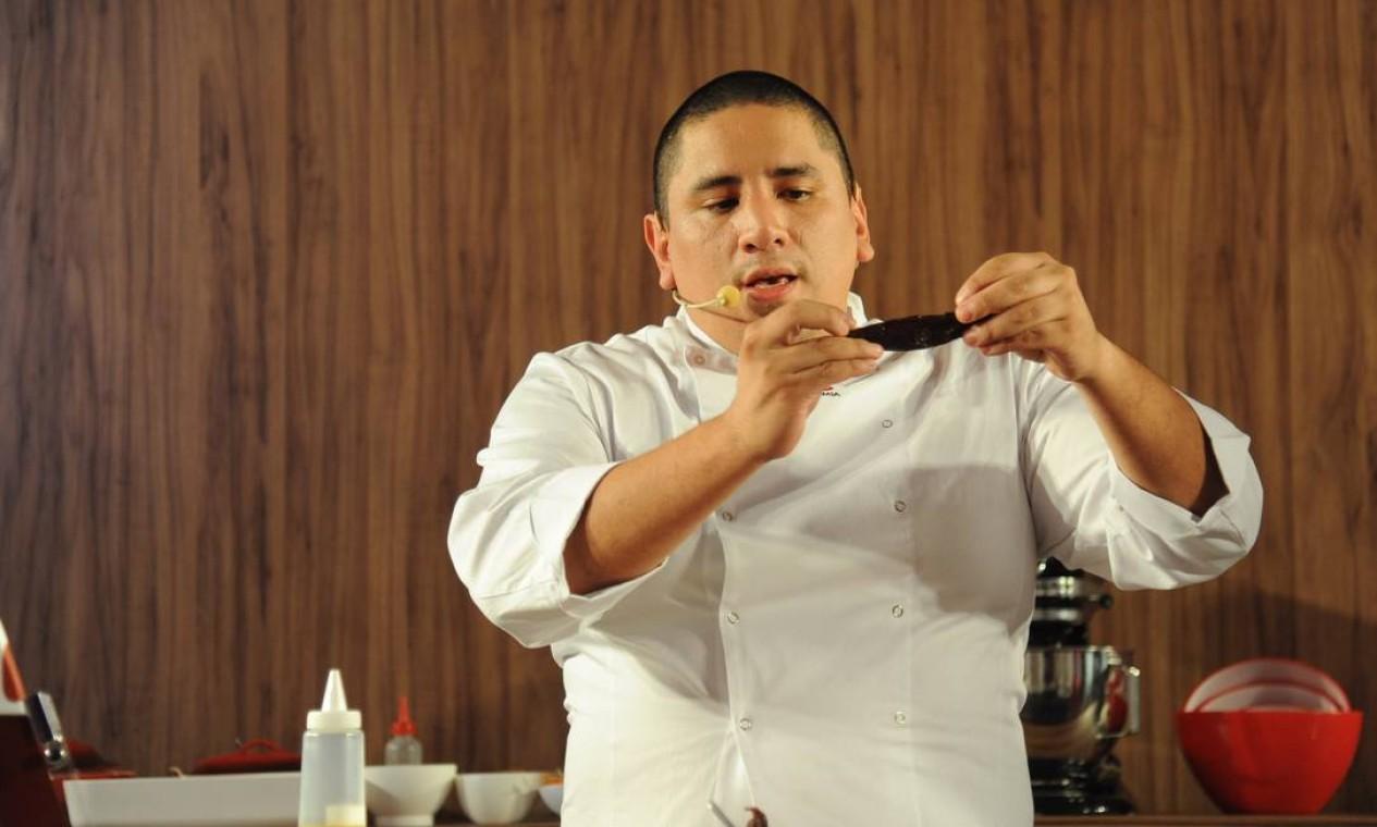 O chef peruano Marco Espinoza, de 34 anos, foi o vencedor da melhor novidade no Prêmio Rio Show de Gastronomia por seu restaurante, o Lima Restobar Foto: Adriana Lorete/O Globo