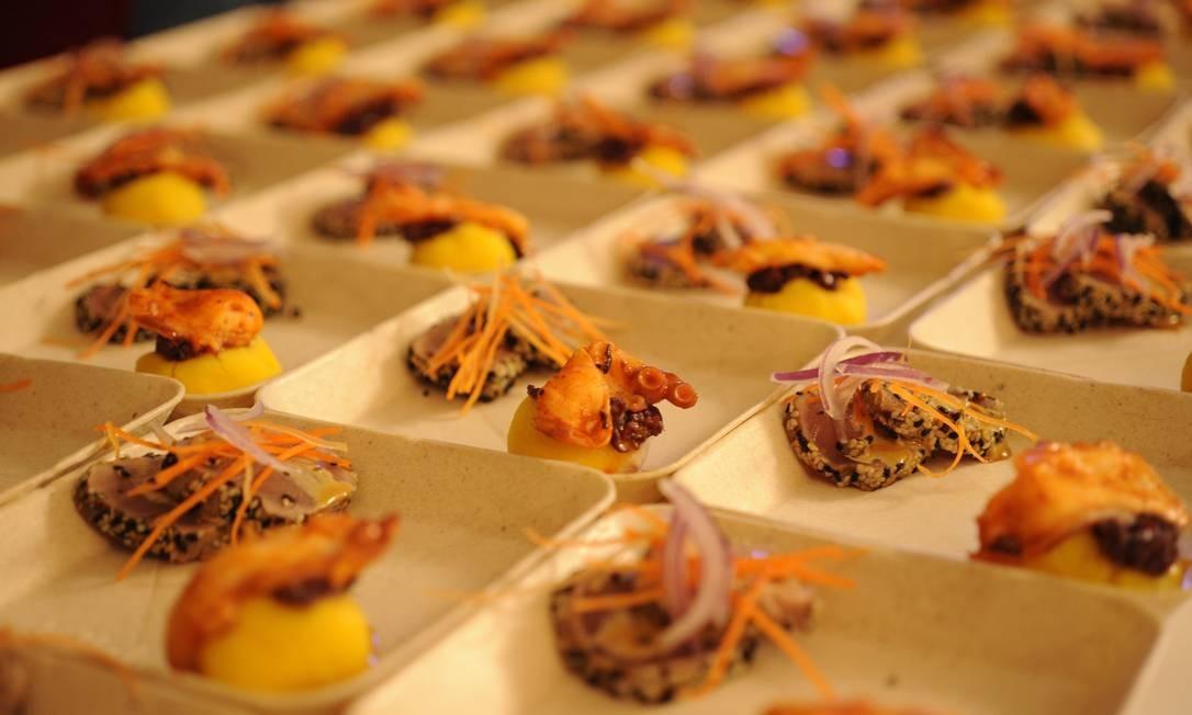 A primeira receita foi a causa de oliva, uma espécie de purê de batata disposto em bolinhos com toque de maionese de azeitonas e polvo Foto: Adriana Lorete/O Globo