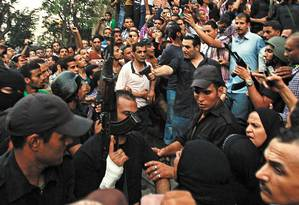 Agentes paralelos. Policial à paisana aponta a arma a manifestantes em al-Fath: civis tentaram atacar os islamistas Foto: AMR ABDALLAH DALSH / REUTERS