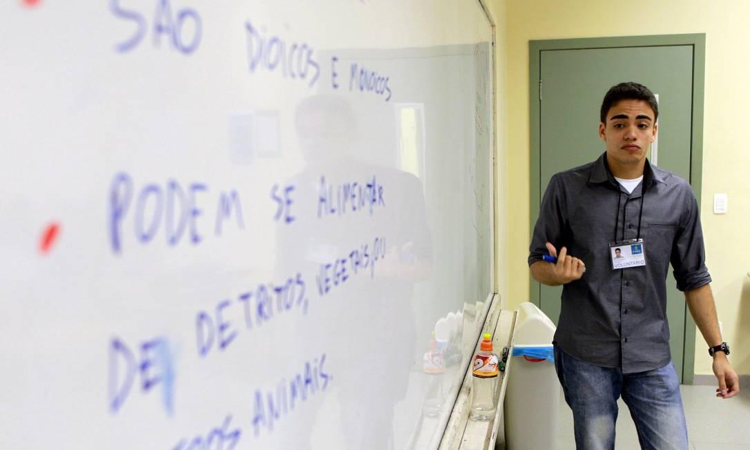 Treino. Formando em Ciências Biológicas na Uerj, André Mendes dá aulas no pré-vestibular comunitário InVest, no Colégio Santo Inácio Foto: Agência O Globo