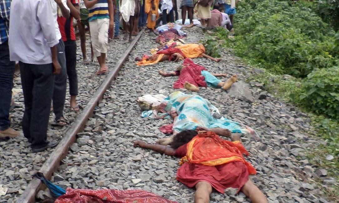 Corpos são estendidos ao longo dos trilhos após acidente de trem na estação ferroviária Dhamara Ghat no distrito de Khagaria Foto: STRDEL / AFP